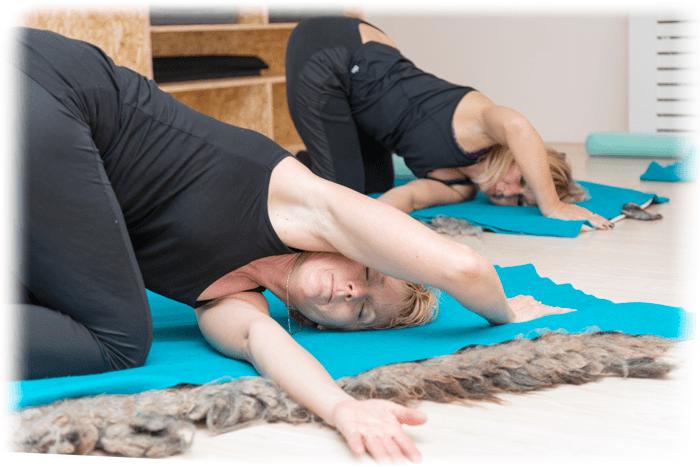 yoga egmond - Zittende torsie (Ardha)